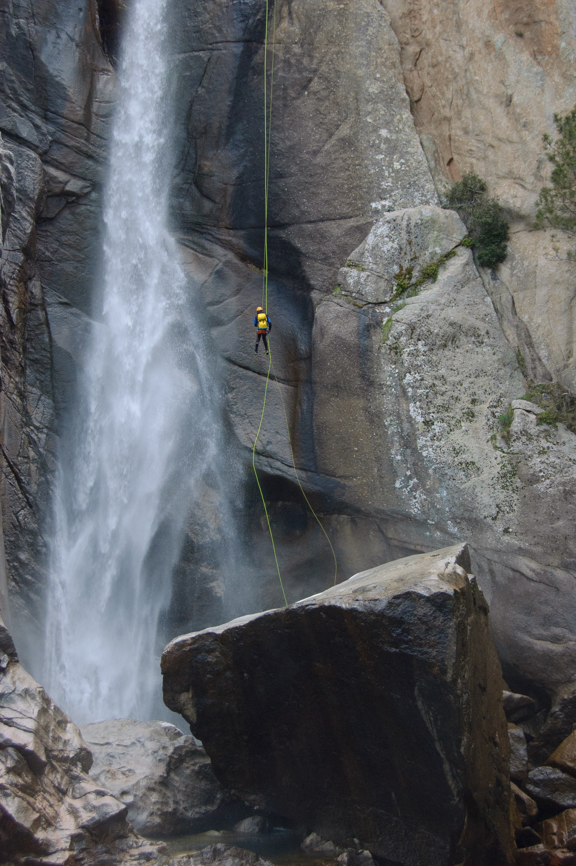 Rappel-cascade-canyoning-Corse